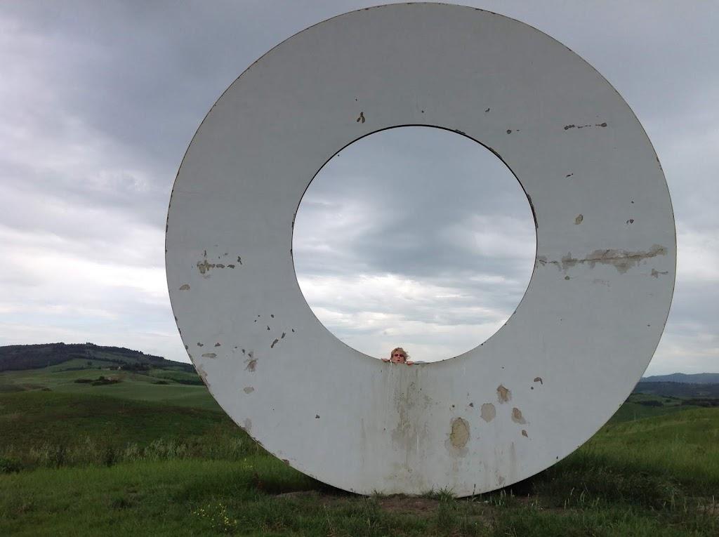 nascosta in mezzo al cerchio nelle campagne vicino a Volterra
